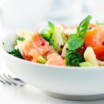 Італійський салат з пасти і сьомги