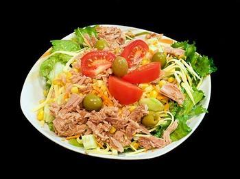 Салат з тунця, оливок і помідорів