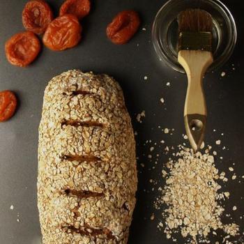 Сірий хліб з курагою і вівсяними пластівцями