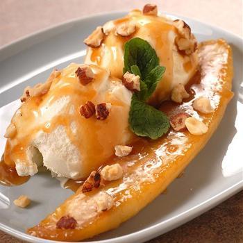 Карамелізовані банани з ромовим соусом і горіхами