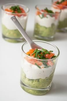 Коктейльний салат з лососем, авокадо і крем-сиром