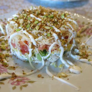 Куриный салат с овощами и фисташками