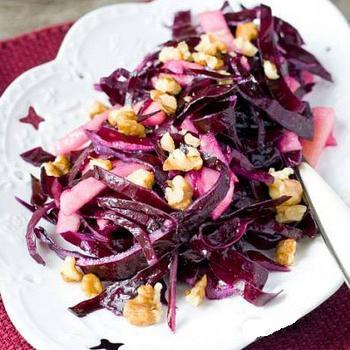 Салат из краснокочанной капусты с яблоками и орехами