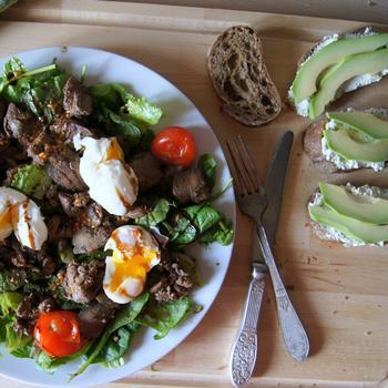 Теплый салат с куриной печенью и яйцами пашот