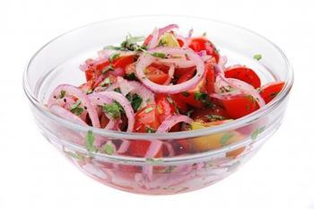 Салат із помідорів з цибулею