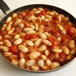 Фасоль с колбасками в томатном соусе