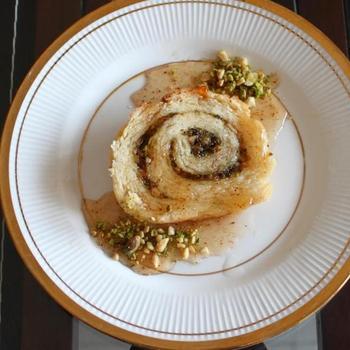 Рулет із горіховою начинкою, корицею і медовим сиропом