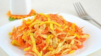 Куриный салат с омлетной лентой