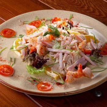 Салат из кальмаров с ветчиной и грибами