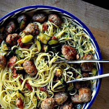Cпагетти карбонара с фрикадельками и цуккини