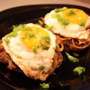 Грибные бифштексы с яйцом