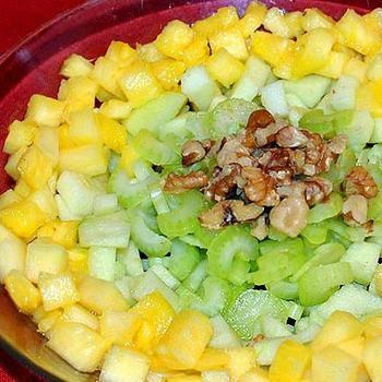 Салат з яблук з ананасами і селерою