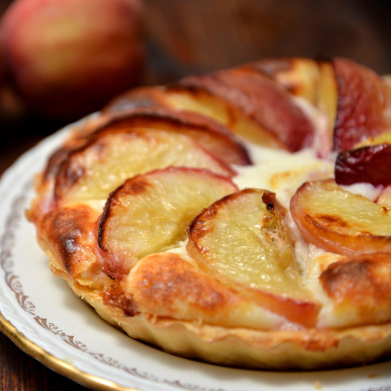 Запеченный сыр рикотта с персиками