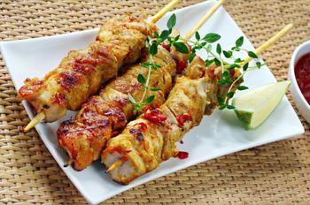 Шашлык из курицы с сухофруктами и нежным соусом