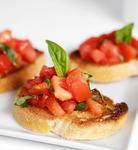 Чесночная брускетта с томатами, красным луком и базиликом