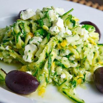 Cалат з цукіні, зеленню і фетою по-грецьки