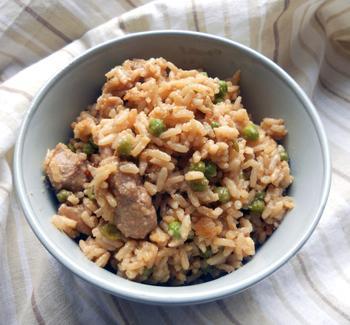 Червоний рис зі спеціями, куркою і зеленим горошком
