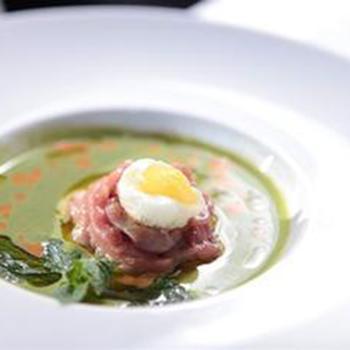 Суп из шпината с тартаром из молодого теленка