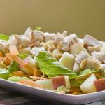 Куриный салат с яблоками и зеленью