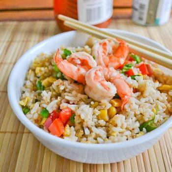Рис с креветками, овощами и омлетом