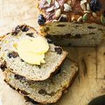 Домашній хліб з родзинками і корицею