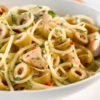Спагетти с курицей и оливками