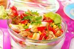 Салат из курицы с помидорами, сладкой кукурузой и сухариками