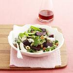 Салат с жареной свеклой, голубым сыром и кешью