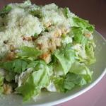 Простой салат с сыром и сухариками