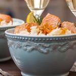 Тушкований лосось з морквою, пореєм, соєвим соусом і коричневим рисом