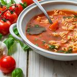 Томатний крем-суп із макаронами