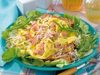 Омлет з шинкою і зеленим салатом