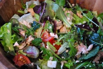 Зелений салат з сьомгою і фетою