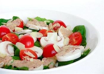 Салат из шпината с миндалем и помидорами