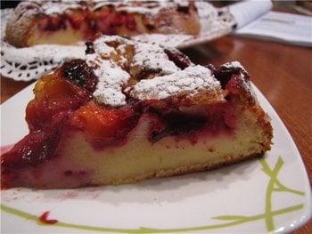 Перевернутий пиріг з виноградом і шматочками шоколаду