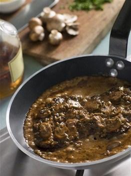 Говяжий стейк со сливочно-грибным соусом