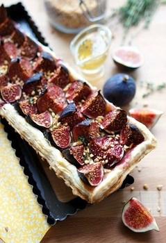 Открытый пирог с инжиром и сыром бри