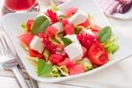 Летний салат с фетой и клюквой