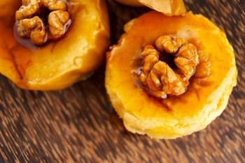Печеные яблоки с карамелью, орехами, медом и сливками