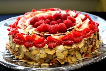 Бісквітний торт з ягодами