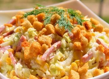 Салат с молодой капустой и сухариками