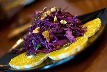 Изысканный салат из красной капусты