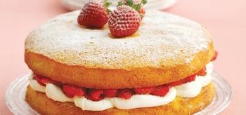Клубнично-сливочный бисквитный пирог