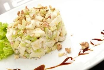Грушевий салат з селерою і горіхами
