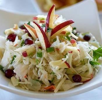 Салат із квашеною капустою, шинкою і яблуком