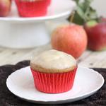 Яблочные маффины под ванильным соусом