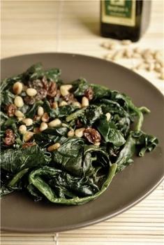 Диетический салат из шпината с изюмом