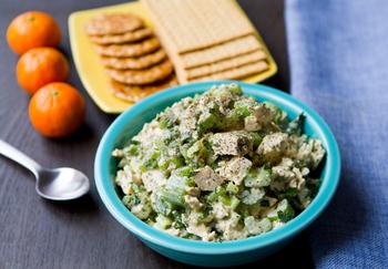 Хрустящий салат с курицей и огурцом