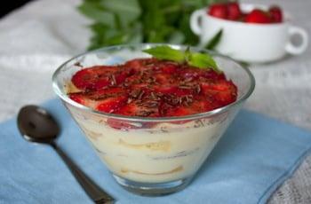 Десерт із полуниці з вершково-йогуртовим кремом і бісквітом