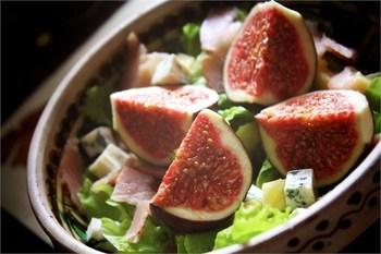 Салат с инжиром, ветчиной и сыром